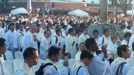 I was in the sea of priests! When I looked at this photo, I just found out that I was only two priests away from another blogger priest, Fr. Utoy.