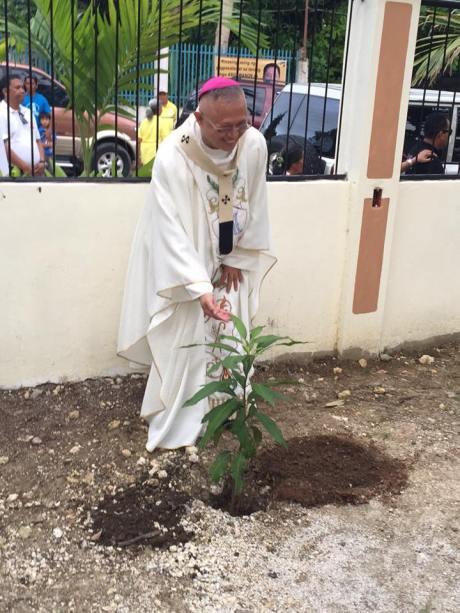 Mangga ang gitanom ni Archbishop Palma (Photo Credit: Marybeth Villacastin-Baricuatro)